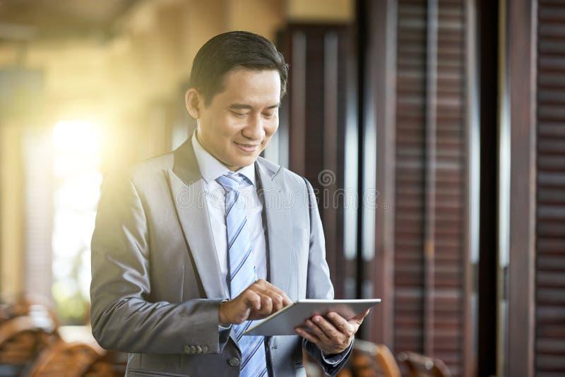 Business Manager używa pastylka komputer osobistego zdjęcie stock