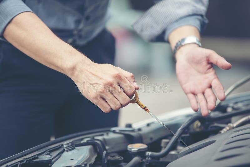 Business men help business women check and repair broken cars stock photos