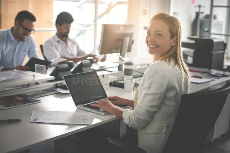 business office people Γυναίκα χρησιμοποιώντας το lap-top και εξετάζοντας το έκκεντρο στοκ φωτογραφία