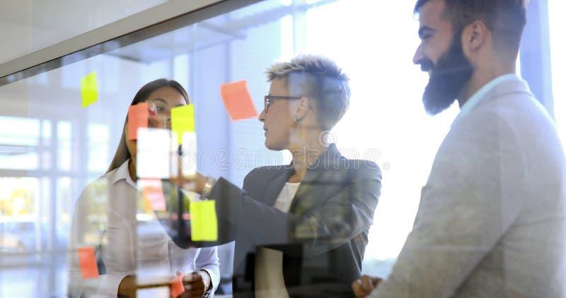 Business people no dia do escritório moderno de negócios fotos de stock royalty free