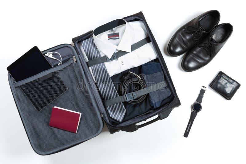 Business-, Reise-, Gepäck- und Personalkonzept Business-Formal-Kleidung verpackt in Reisetasche lizenzfreie stockbilder