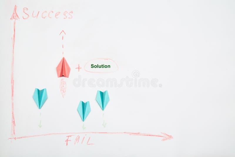 Business success e fail concept. Soluzione, rivalità e sfida. Tre piani di carta in cerca di una soluzione fotografia stock