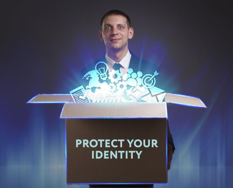 Business, Technology, Internet et concept de réseau Un jeune homme d'affaires montre le mot : Protégez votre identité photographie stock