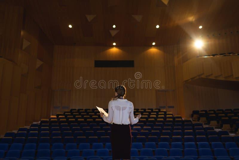 Businessawoman som öva och lär skriften, medan stå i salongen royaltyfri fotografi