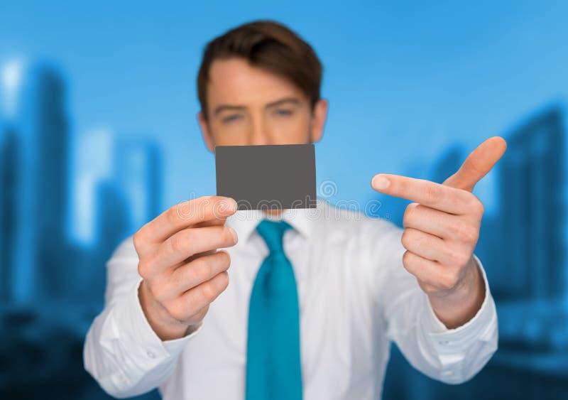 Businesscard för affärsmaninnehavmellanrum royaltyfri fotografi