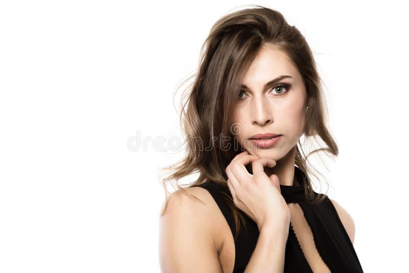 Businessgirl lindo atractivo del primer en un fondo ligero moda y maquillaje, belleza en negocio Espacio libre para usted texto foto de archivo
