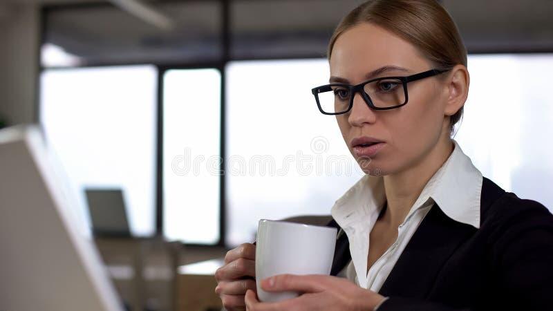 Businesslady有咖啡休息在办公室,放松在努力以后,特写镜头 库存图片