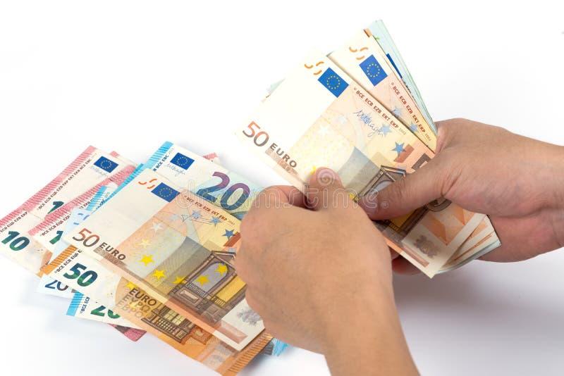 Businessman's räcker att räkna europengarräkningar på den vita backgroen royaltyfri bild