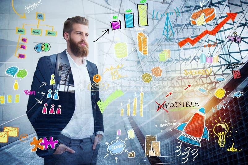 Businessman busca el futuro con un bosquejo de proyecto en overlay Concepto de visión e inversión fotos de archivo libres de regalías