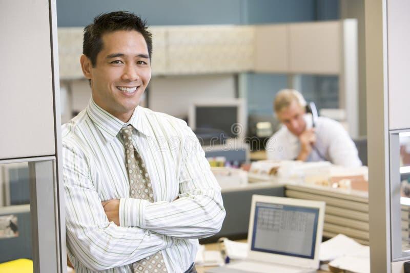 businessman cubicle smiling standing στοκ εικόνες