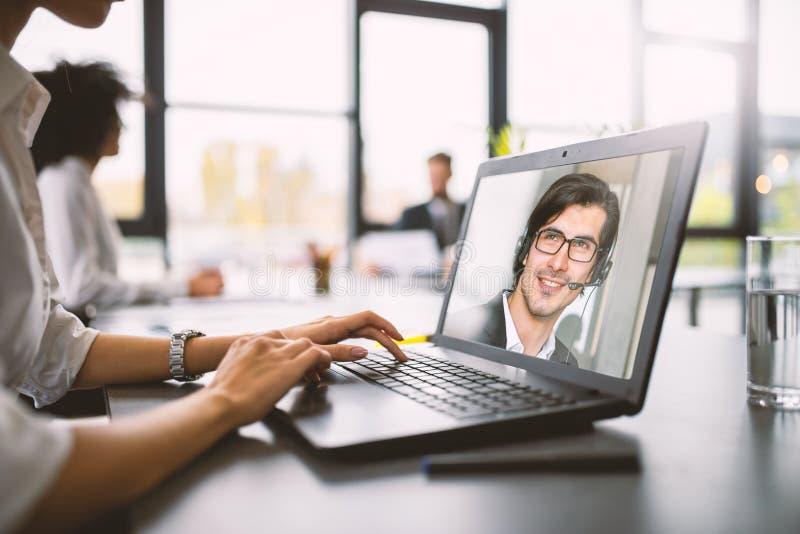 Businessman está trabajando a distancia con una videocall debido a la cuarentena del coronavirus covid19 Concepto de trabajo inte imágenes de archivo libres de regalías