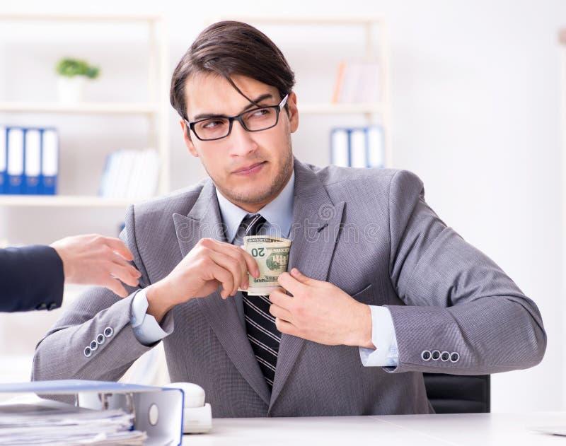 Businessmanbeing提供了违反的法律贿款 免版税库存照片
