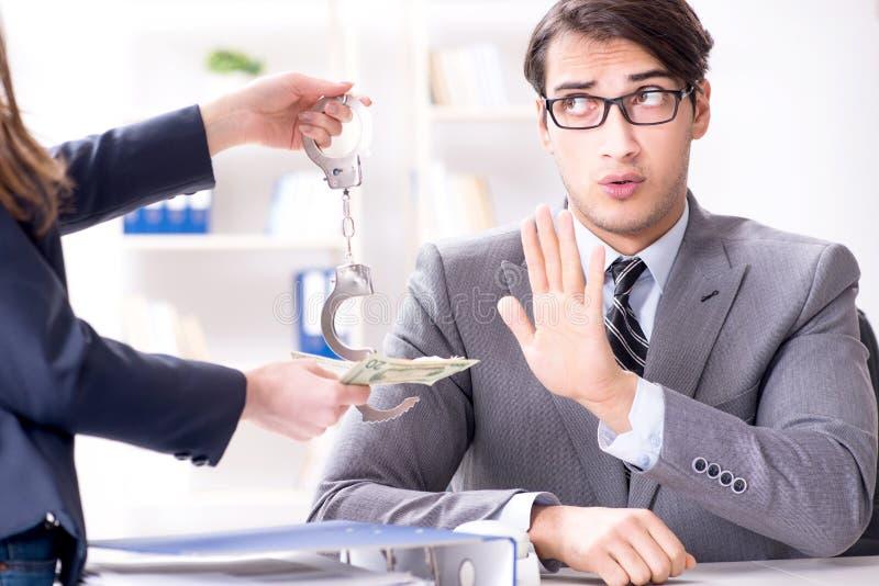 Businessmanbeing提供了违反的法律贿款 免版税库存图片