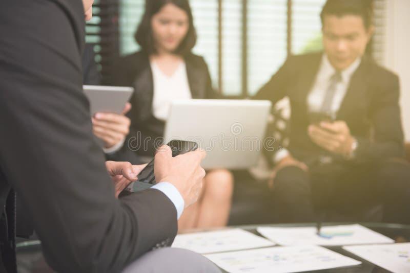 Businessmans работая с новым startup проектом в современном офисе стоковая фотография rf