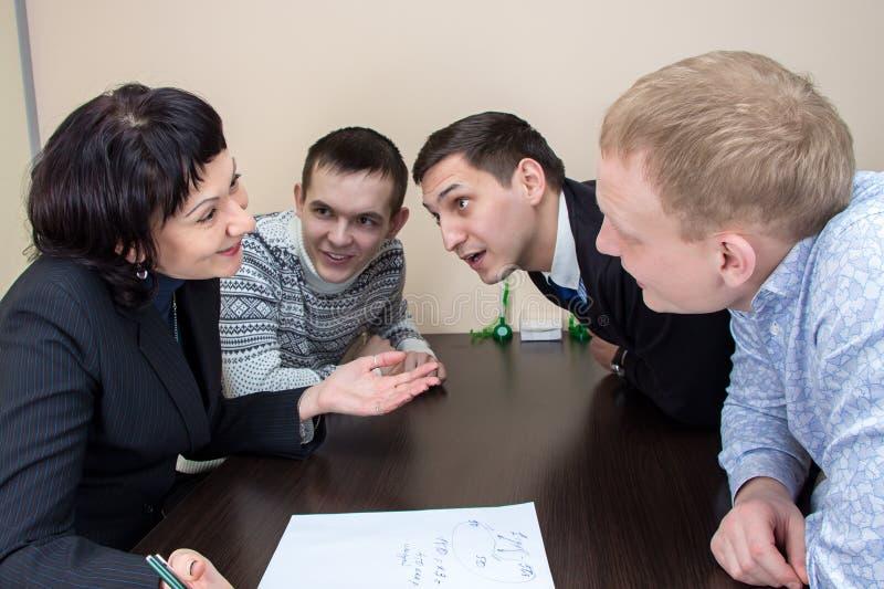 4 businessmans сидя в офисе и говорить стоковые фотографии rf