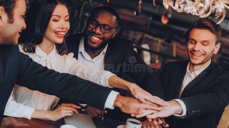 Businessmans ayant la réunion dans le restaurant d'intérieur photographie stock libre de droits