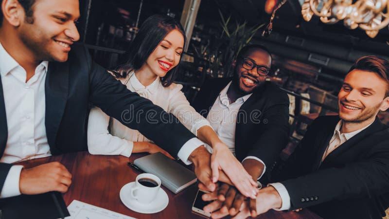 Businessmans ayant la réunion dans le restaurant d'intérieur photos stock