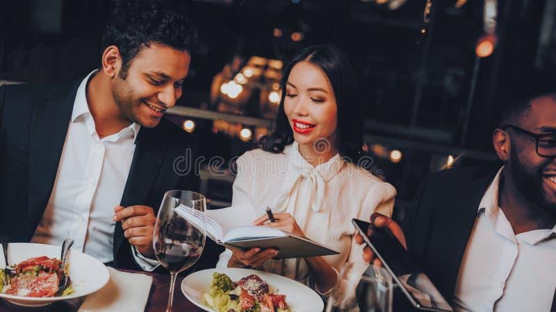 Businessmans ayant la réunion dans le restaurant d'intérieur image libre de droits