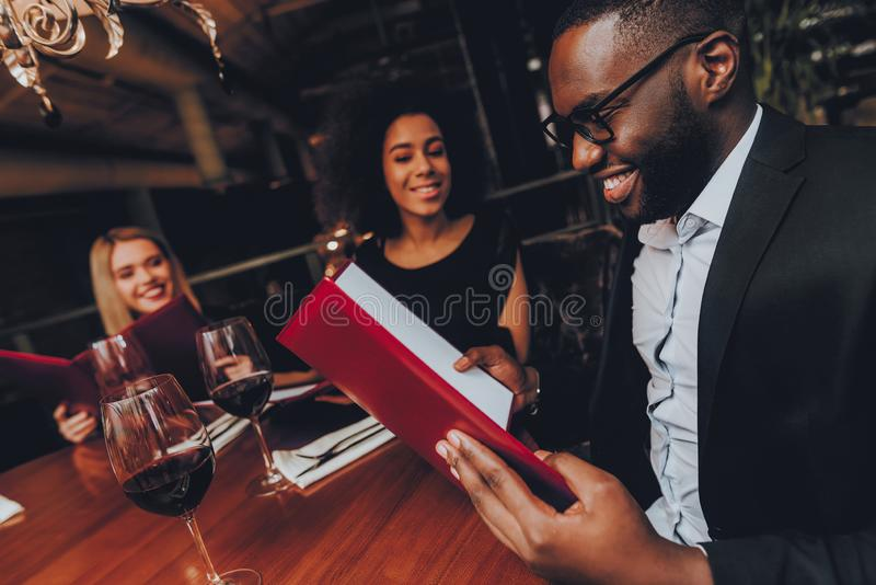 Businessmans ayant la réunion dans le restaurant d'intérieur photographie stock