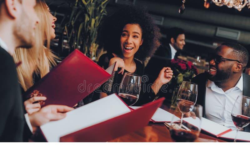 Businessmans ayant la réunion dans le restaurant d'intérieur photo stock