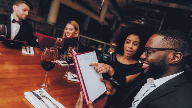 Businessmans ayant la réunion dans le restaurant d'intérieur photo libre de droits