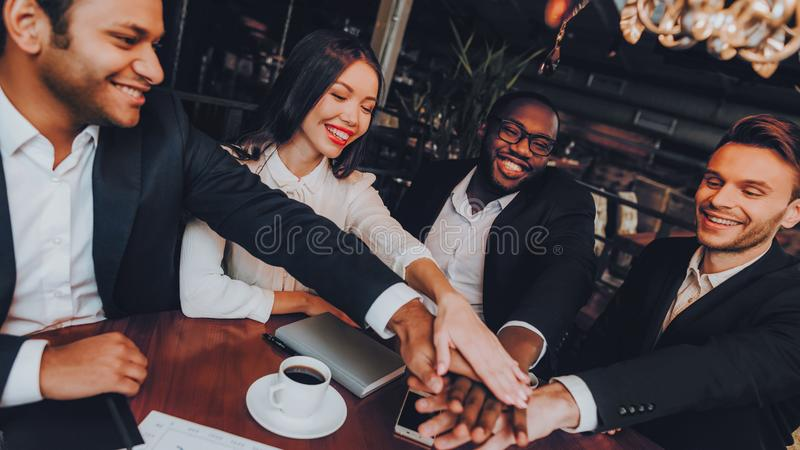 Businessmans die Vergadering in Binnenrestaurant hebben stock foto's