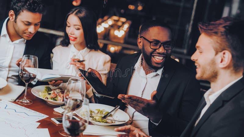 Businessmans die Vergadering in Binnenrestaurant hebben royalty-vrije stock fotografie