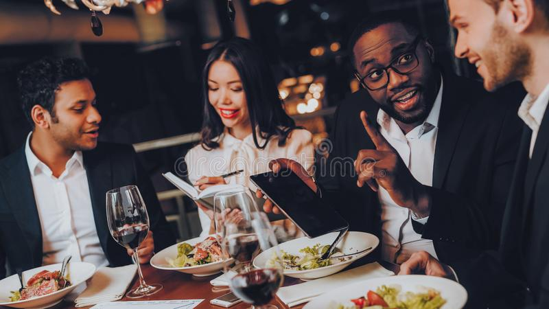 Businessmans die Vergadering in Binnenrestaurant hebben royalty-vrije stock foto
