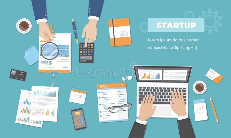 Businessmans discute il successo di realizzazione di dati dell'analisi di accordo di pianificazione finanziaria di investimento d royalty illustrazione gratis
