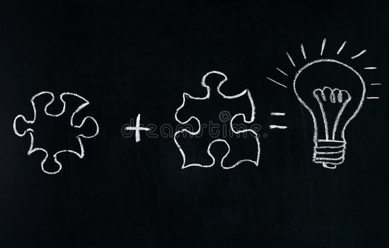Businessmans-Handzeichnungspuzzlespiel auf der Tafel, zum des Geschäftskonzeptes zu erklären Puzzlespiel zusammen lösen Zeichnend stockfoto