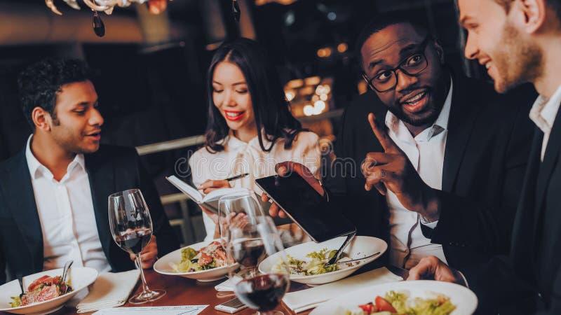 Businessmans que tem a reunião no restaurante interno foto de stock royalty free