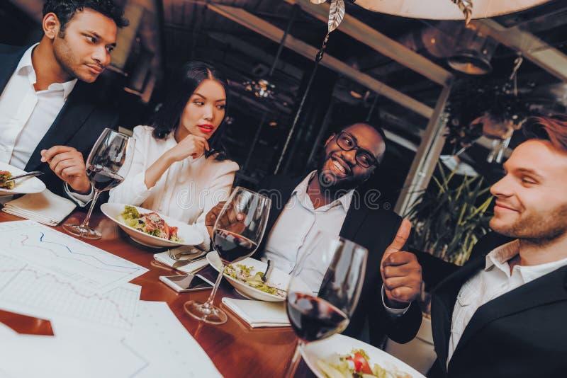 Businessmans som har möte i inomhus restaurang royaltyfria bilder