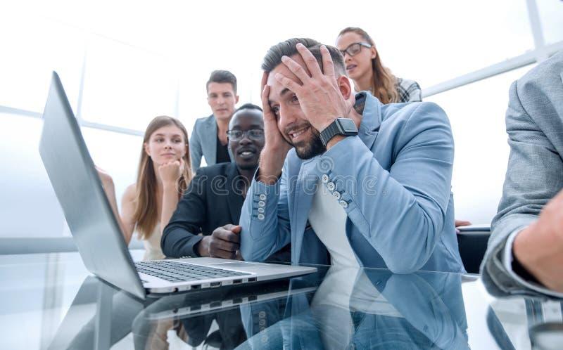 Businessmens att se belastade framme av en bärbar dator royaltyfri bild
