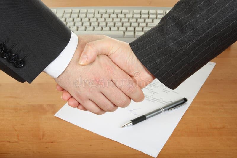 businessmenshandskakning royaltyfri foto
