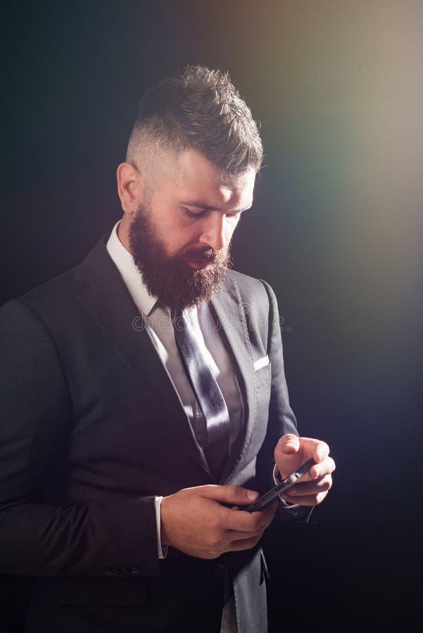 Businessnam utilisant la radio, 5g Concept d'homme d'affaires Internet du lte 4g Directeur avec le téléphone Dispositif de Smartp photos libres de droits