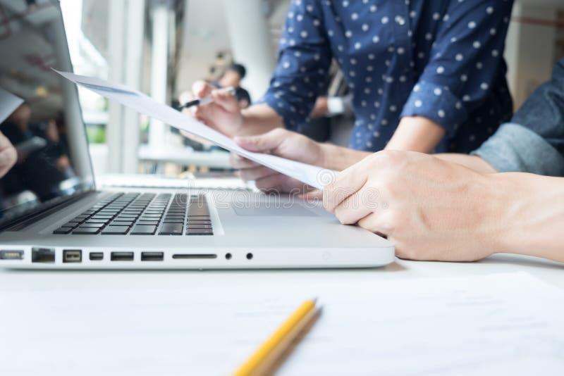 businesspartners ręki podczas dyskusi papiery zamykają up zdjęcia stock