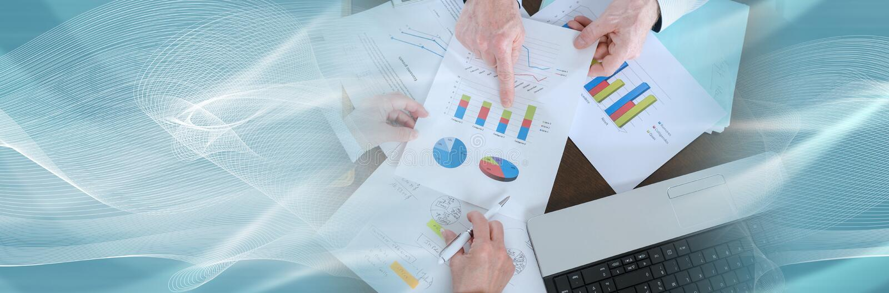 Businesspeople που διοργανώνει μια συζήτηση για την οικονομική έκθεση έμβλημα πανοραμικό στοκ εικόνα με δικαίωμα ελεύθερης χρήσης