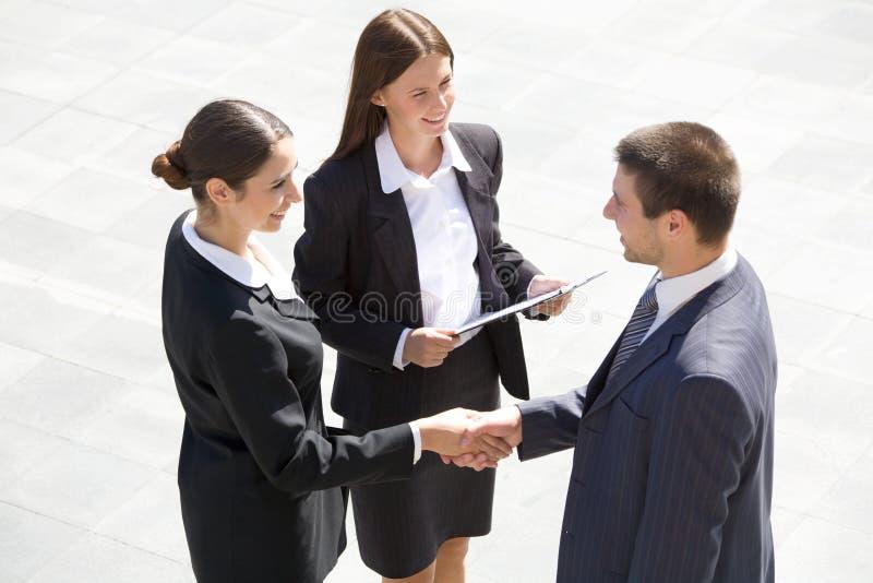 businesspeople κούνημα χεριών στοκ εικόνα με δικαίωμα ελεύθερης χρήσης