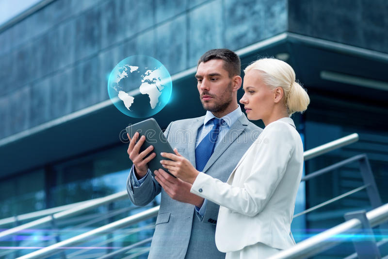 Businesspeople με το PC ταμπλετών υπαίθρια στοκ φωτογραφία