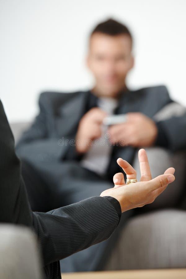 businesspeople μιλώντας στοκ φωτογραφία με δικαίωμα ελεύθερης χρήσης