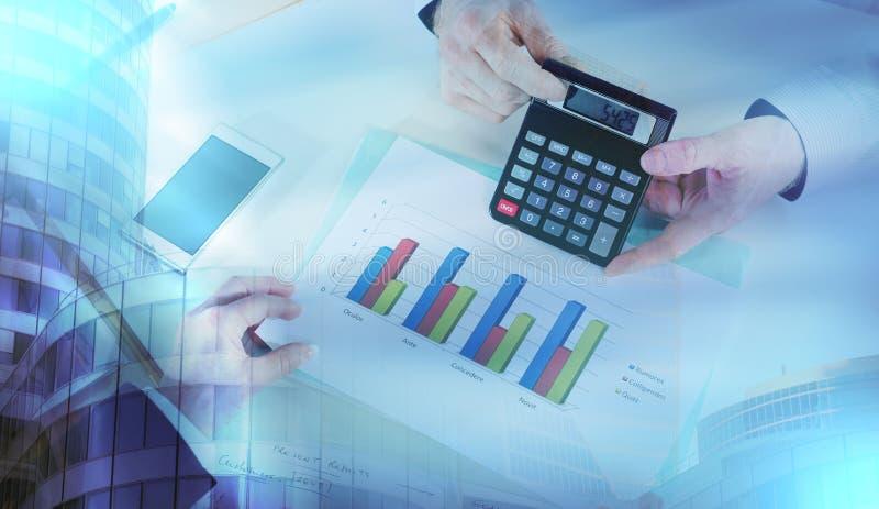 Businesspeople που διοργανώνει μια συζήτηση για την οικονομική έκθεση  πολυ στοκ εικόνα