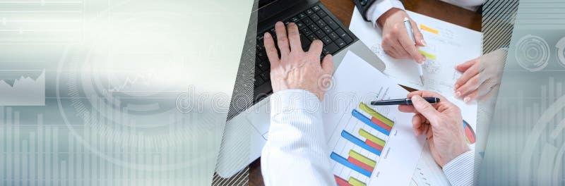 Businesspeople που διοργανώνει μια συζήτηση για την οικονομική έκθεση έμβλημα πανοραμικό στοκ φωτογραφίες