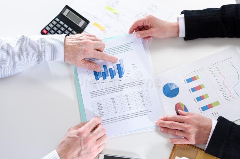 Businesspeople που διοργανώνει μια συζήτηση για την οικονομική έκθεση στοκ εικόνα με δικαίωμα ελεύθερης χρήσης