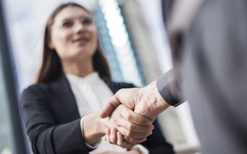 Businesspeople που κάνει το χέρι να τινάξει στην πόλη στοκ εικόνα