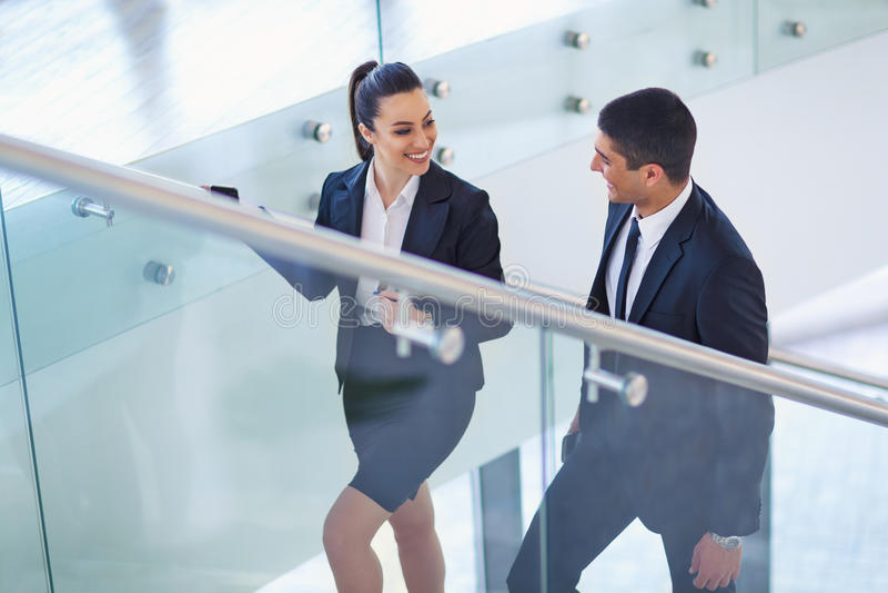 Businesspeople που μιλά καθώς μπαίνουν μέσα το γραφείο στοκ φωτογραφίες με δικαίωμα ελεύθερης χρήσης