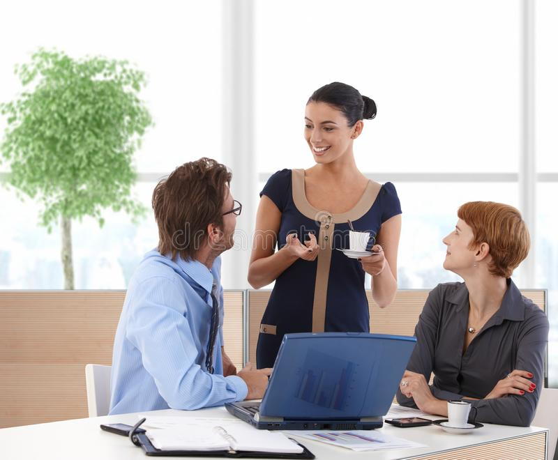 Businesspeople που μιλά στην επιχειρησιακή αίθουσα στοκ φωτογραφία με δικαίωμα ελεύθερης χρήσης