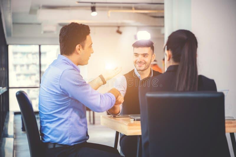 Businesspeople που συζητά μαζί στη αίθουσα συνδιαλέξεων κατά τη διάρκεια της συνεδρίασης στο γραφείο στοκ εικόνες