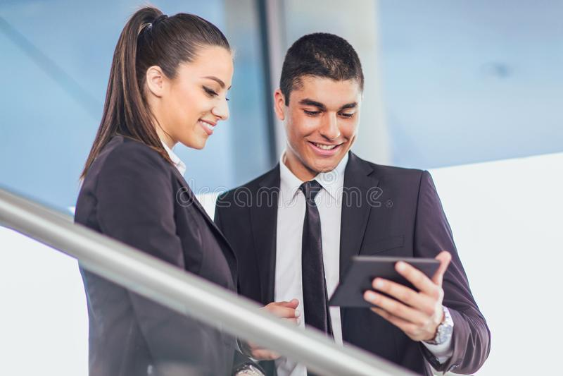 Businesspeople που συζητά χρησιμοποιώντας την ψηφιακή ταμπλέτα στοκ εικόνες με δικαίωμα ελεύθερης χρήσης