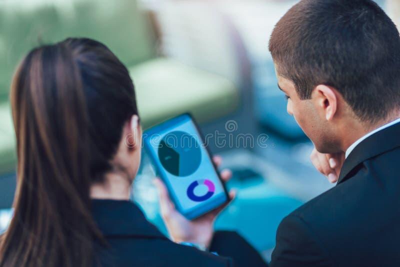 Businesspeople που συζητά χρησιμοποιώντας την ψηφιακή ταμπλέτα στοκ φωτογραφίες με δικαίωμα ελεύθερης χρήσης