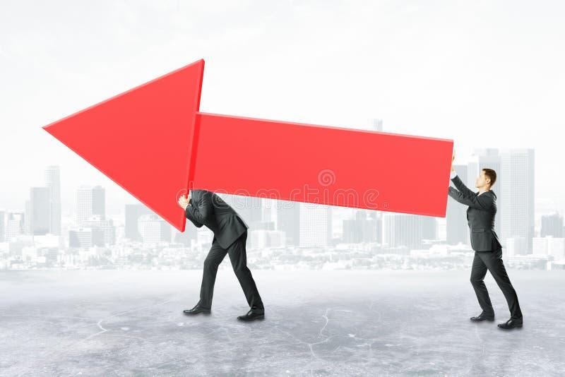 Businesspeople που φέρνει το κόκκινο βέλος διαγραμμάτων ελεύθερη απεικόνιση δικαιώματος